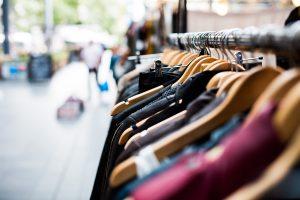 Oblačila, obutev, modni dodatki, tekstil – kam z njimi, ko jih ne uporabljamo več?